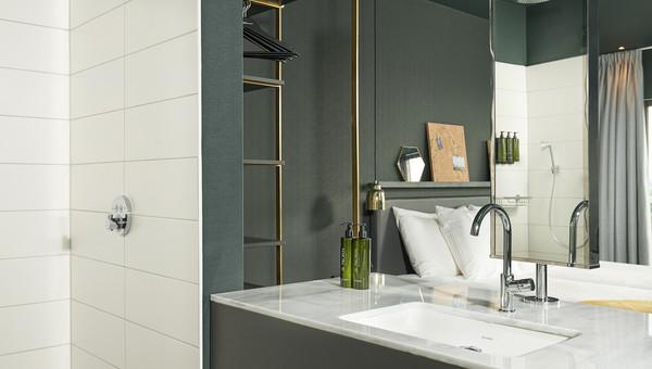 Luxe Badkamers Amsterdam : Comfort kamer met open badkamer van der valk hotel amsterdam amstel